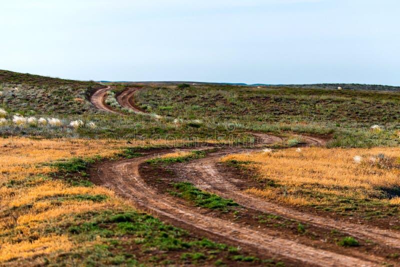 Сельский ландшафт грязной улицы в степи или пустыне стоковые изображения