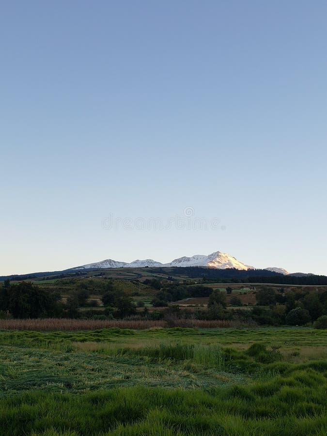 сельский ландшафт с вулканом Nevado de Toluca в сезоне зимы на заходе солнца, панорамном виде стоковая фотография rf