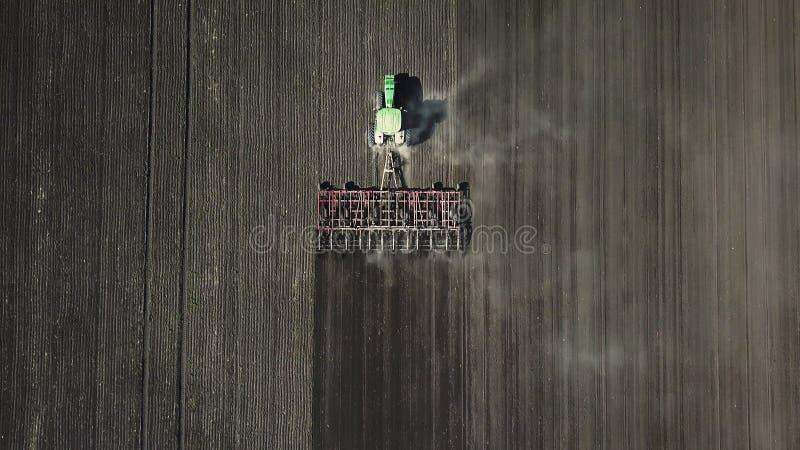 Сельское хозяйство Фермеры обрабатывают почву стоковые фото