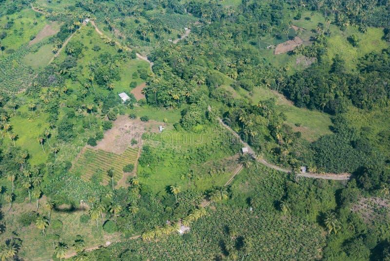 Сельскохозяйственная авиация в джунглях Доминики стоковые фотографии rf