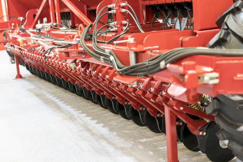 Сельскохозяйственная техника в аграрной ярмарке Части и компоненты аграрных машин plough борона рыхлитель часть стоковое изображение rf