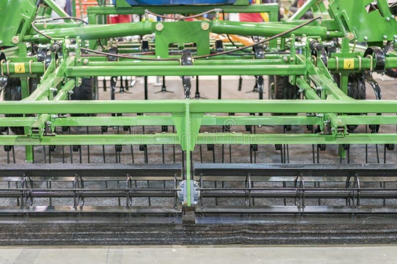 Сельскохозяйственная техника в аграрной ярмарке Части и компоненты аграрных машин plough борона рыхлитель часть стоковое фото
