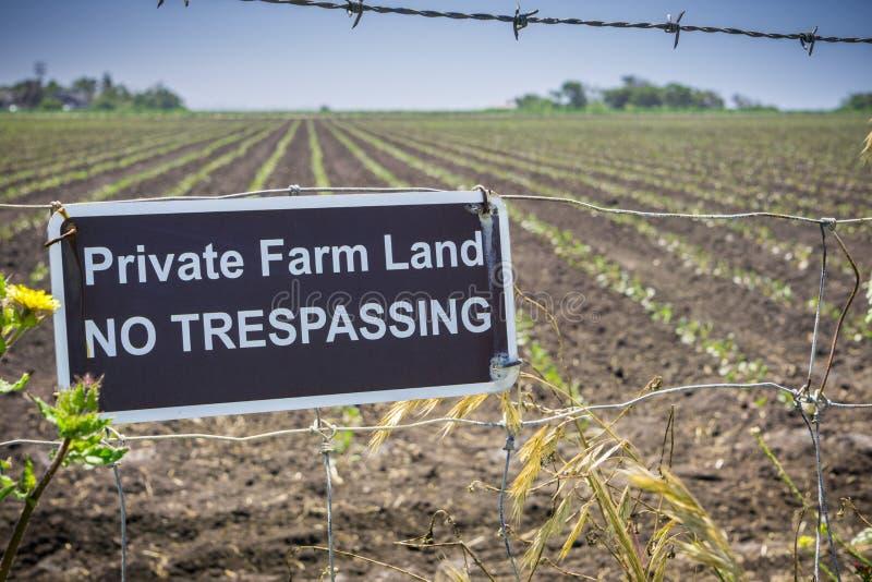 Сельскохозяйственное угодье ` частное отсутствие Trespassing знака ` стоковое фото