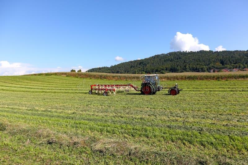 Сельскохозяйственные работы выполнили с трактором стоковая фотография