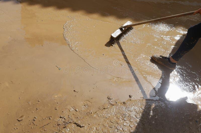 Сельчанин очищая после floodings в Сан Llorenc в вертикали Мальорки острова стоковые фотографии rf