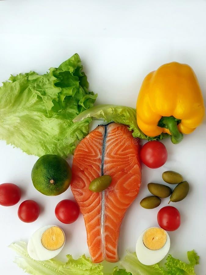 Семги свежих рыб сырцовые 2 стейка с овощами ингредиентов и томатами л стоковое фото rf