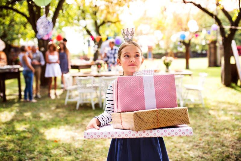 Семейное торжество или приём гостей в саду снаружи в задворк стоковая фотография
