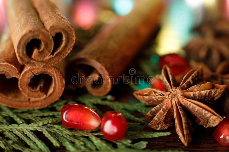 Семена и анисовка гранатового дерева на деревянном столе с красочным освещают контржурным светом Селективный фокус E стоковые изображения
