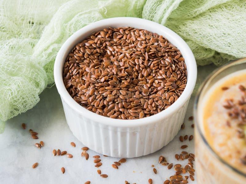 Семена льна в ramekin на мраморной доске стоковые изображения rf