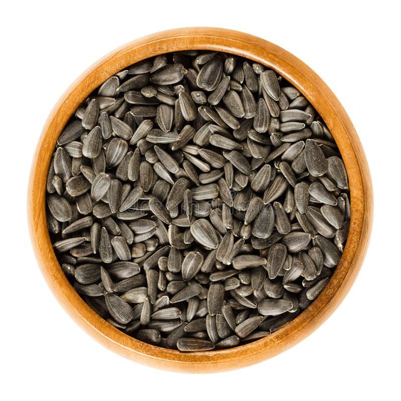 Семена подсолнуха в деревянном шаре стоковая фотография rf