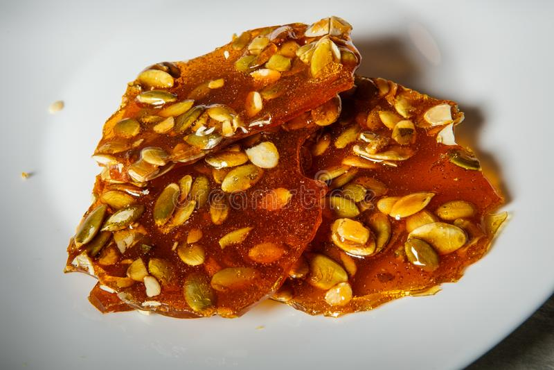 семена тыквы крупного плана в caramelized десерте сахара стоковое фото rf