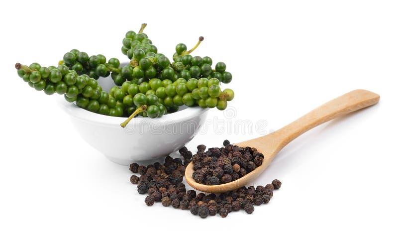 Семена черного перца на белой предпосылке стоковые изображения