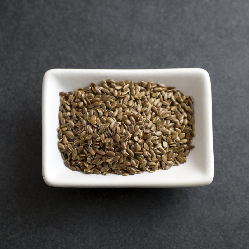 Семена льна в шаре на таблице стоковое фото