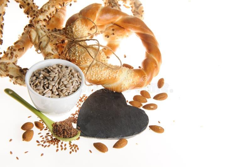 Семена льна, семена подсолнуха, миндалины, крендели стоковая фотография