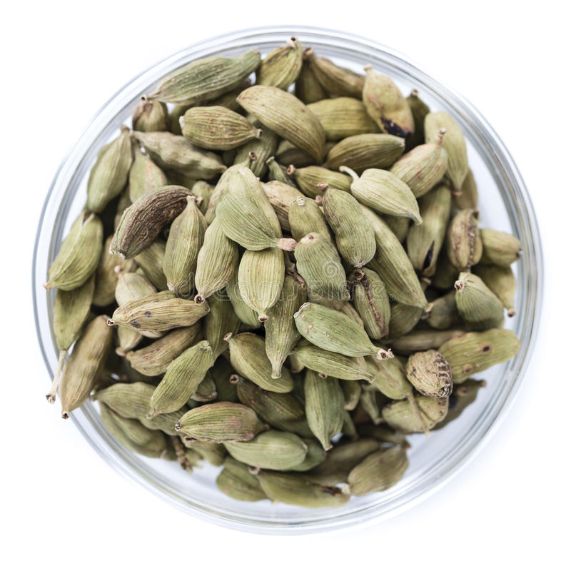 Семена Cardamon в шаре (изолированном на белизне) стоковое изображение rf