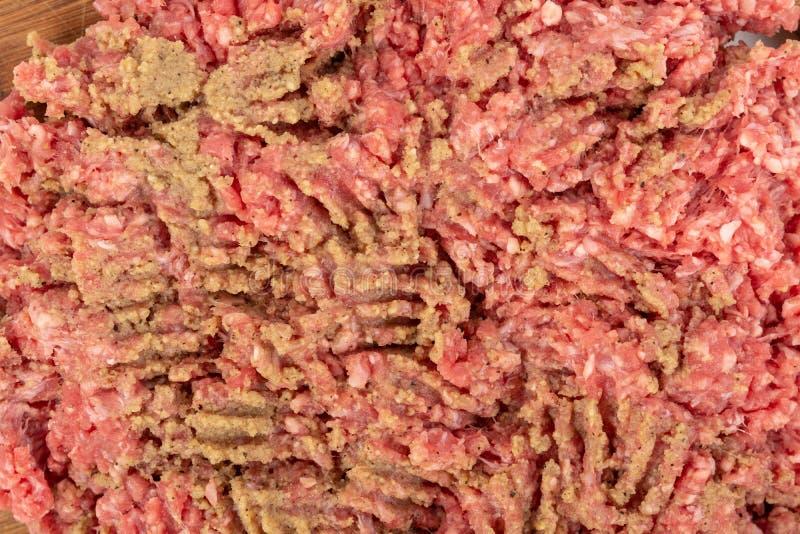 Семенить смесь мяса на деревянной доске для kebabs стоковые изображения