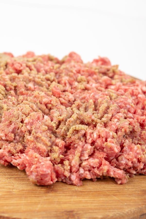 Семенить смесь мяса на деревянной доске для kebabs стоковое фото rf