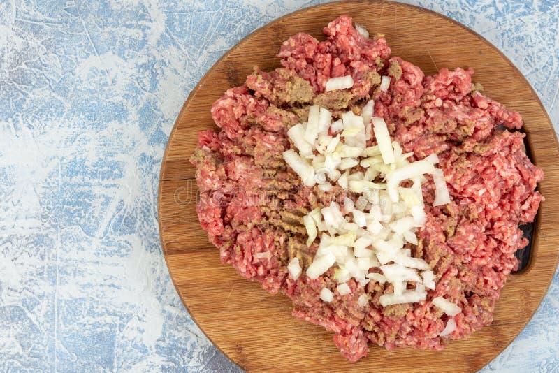 Семенить смесь мяса на доске кухни деревянной над голубой предпосылкой стоковая фотография rf