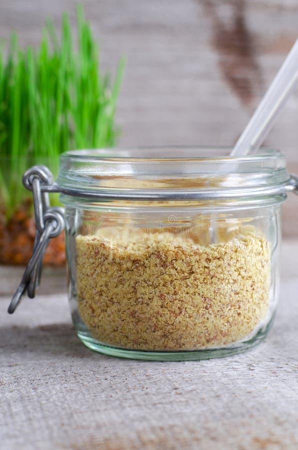 Семенозачаток пшеницы в стеклянном опарнике стоковые фотографии rf