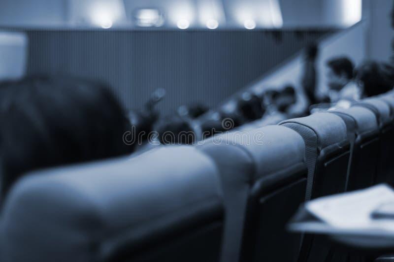 Семинары для много людей и бизнесменов в главной аудитории, который ну стоковое фото rf