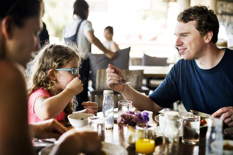 Семьи имея еду совместно стоковая фотография rf