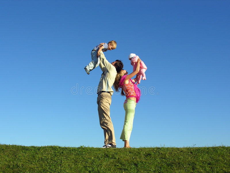 семьи 2 небо 2 голубой детей счастливое стоковое фото