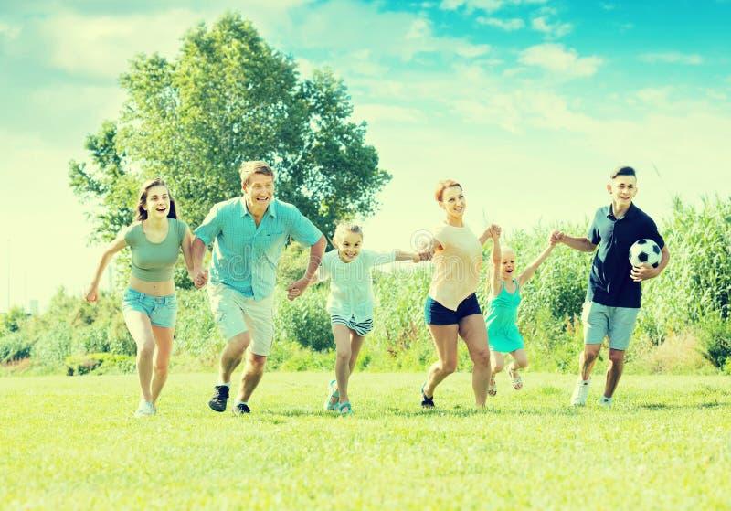 семья ¿ ï» играя и бежать стоковые фото