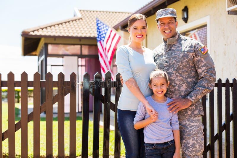 Семья американского солдата воссоединенная стоковые изображения rf