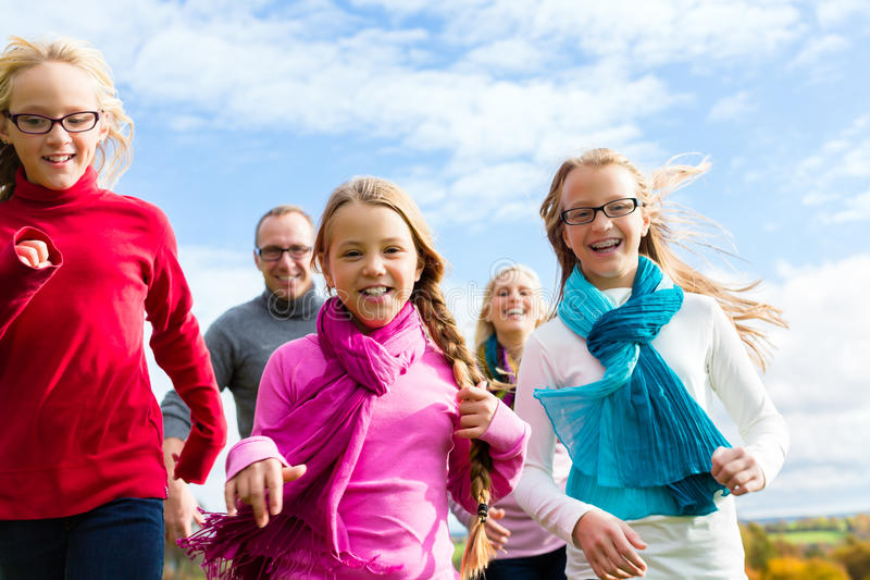 Семья бежать через парк стоковые изображения rf