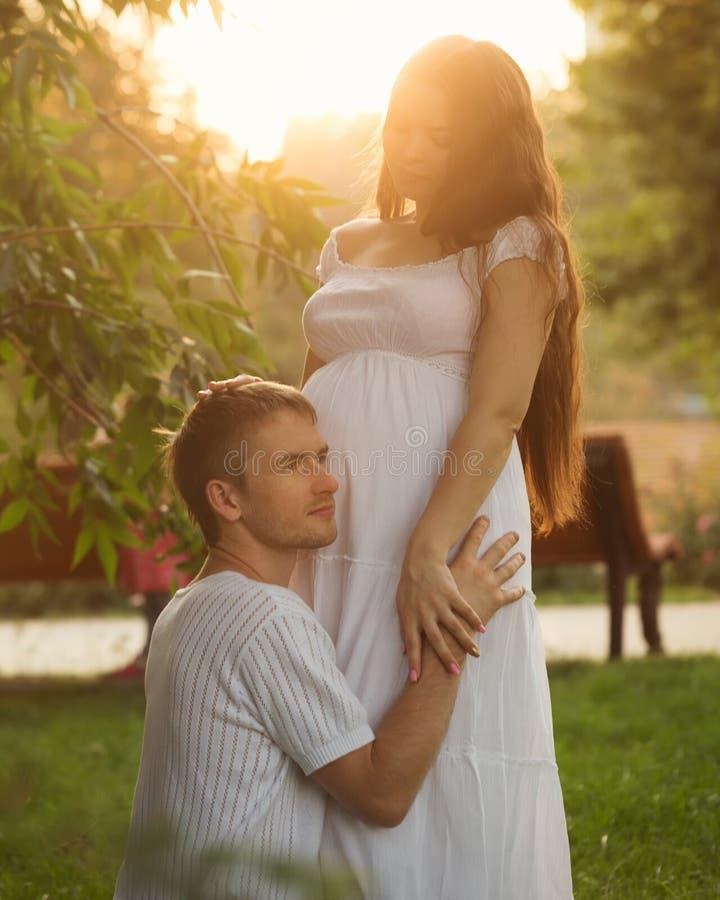 Семья Беременная жена и супруг стоковая фотография
