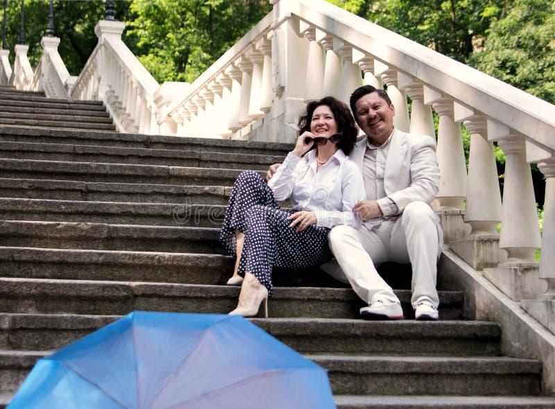 Семья влюбленности пожилых эмоций пар реальная средн-постарела зонтик su стоковые фото