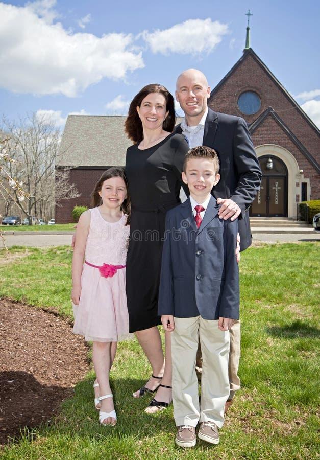 Семья вне церков стоковое изображение