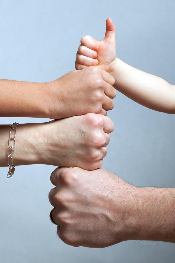 семья вручает большие пальцы руки вверх стоковое изображение