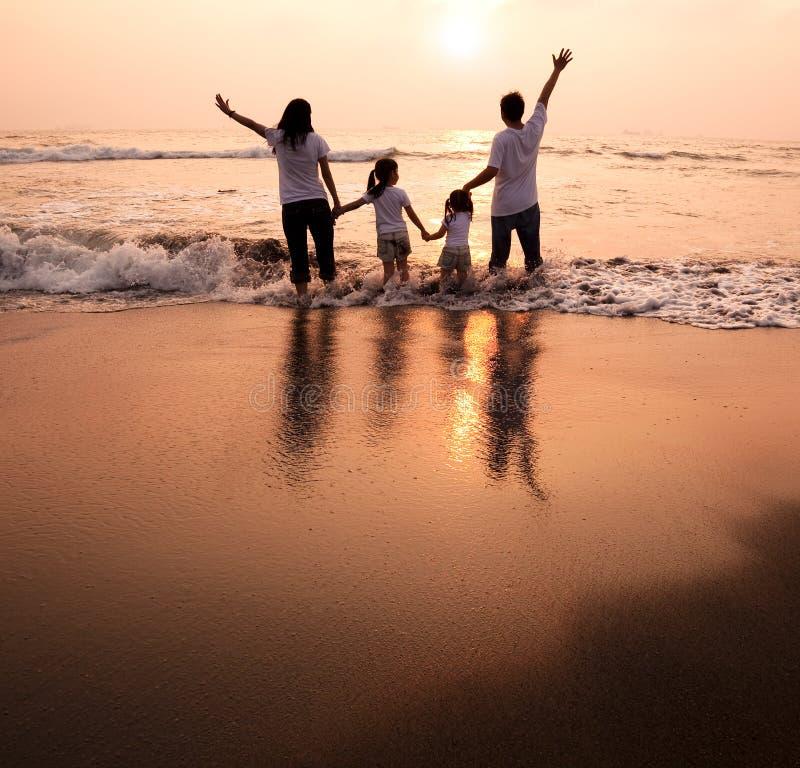 семья вручает счастливое удерживание стоковое фото
