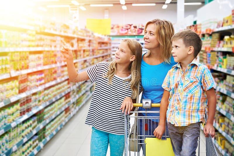 Семья выбирает продукты в магазине стоковая фотография rf