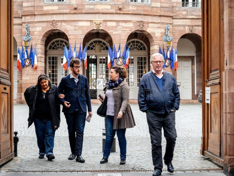 Семья выходя избирательному пункту французские флаги города стоковые фотографии rf