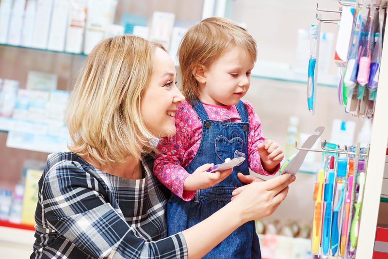 Семья в аптеке Мать и ребенок стоковые фотографии rf