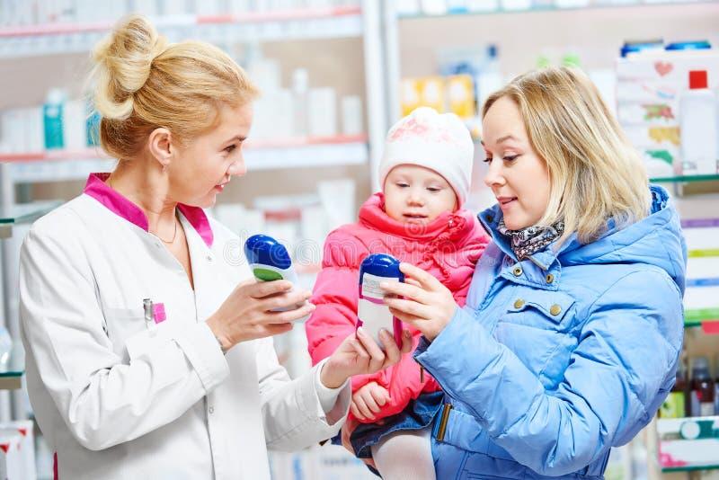 Семья в аптеке стоковые изображения rf