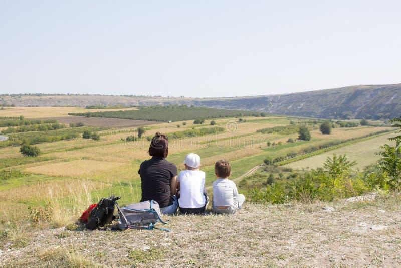 Семья в горах стоковые изображения