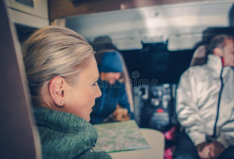 Семья в жилом фургоне стоковое изображение