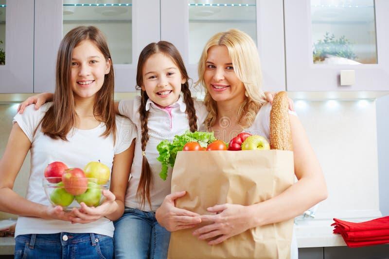 Семья в кухне стоковое изображение rf