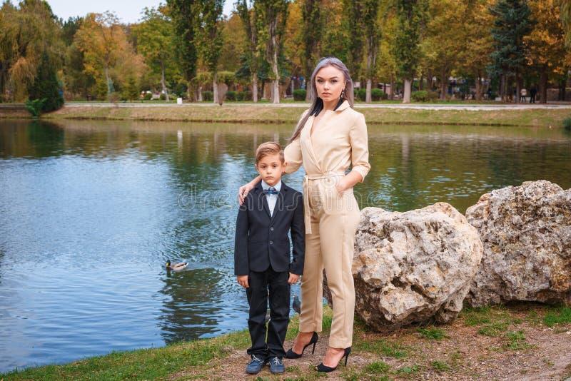 Семья в парке озером, матерью и сыном стоковое изображение rf