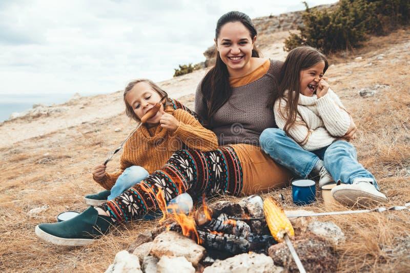 Семья в походе осени стоковое фото