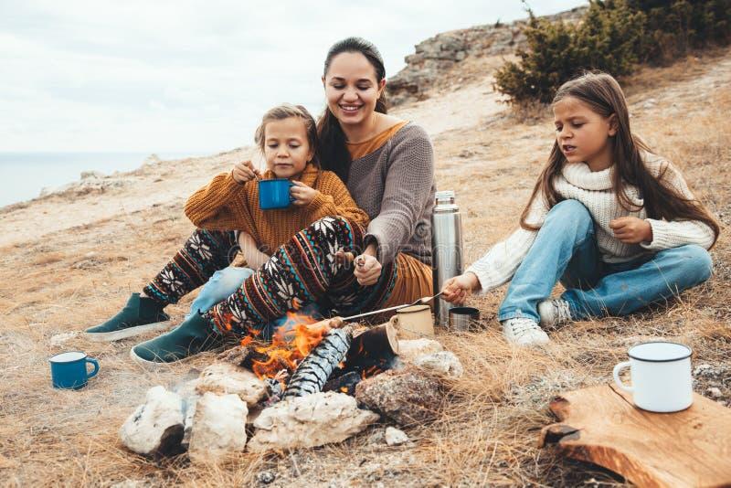 Семья в походе осени стоковые фотографии rf