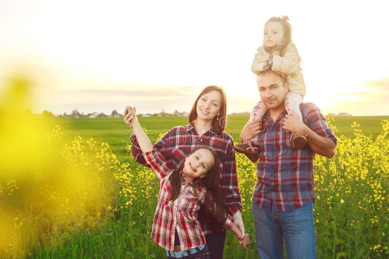 Семья в поле стоковые фотографии rf