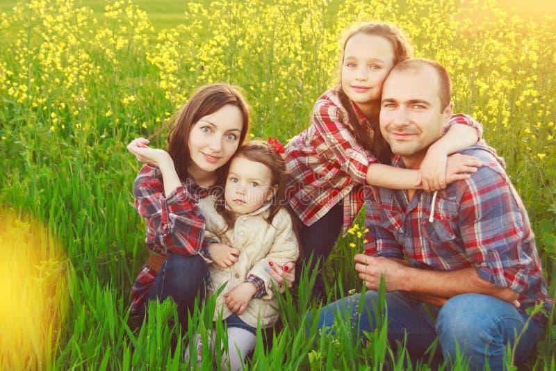 Семья в поле стоковая фотография
