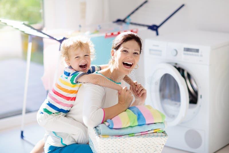 Семья в прачечной со стиральной машиной стоковая фотография rf