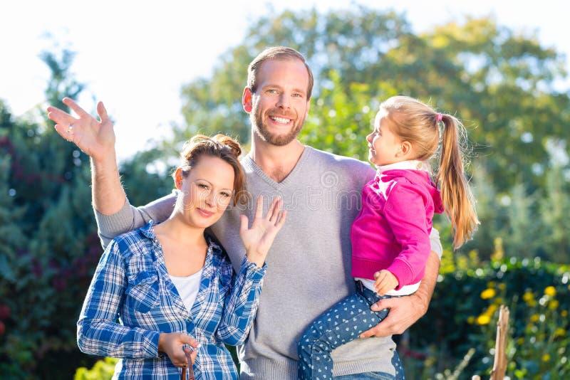 Download Семья в саде стоковое фото. изображение насчитывающей мама - 40585794