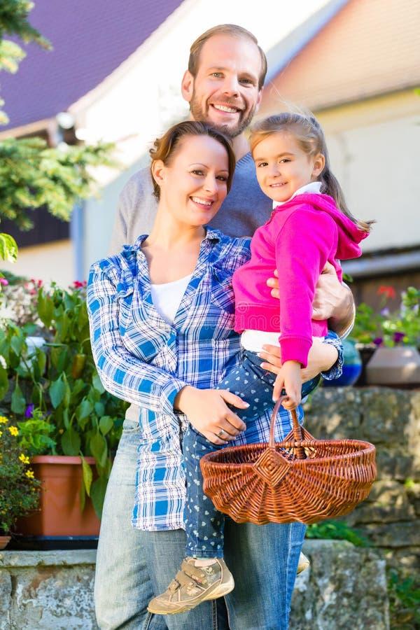 Download Семья в саде стоковое фото. изображение насчитывающей laughing - 41663190