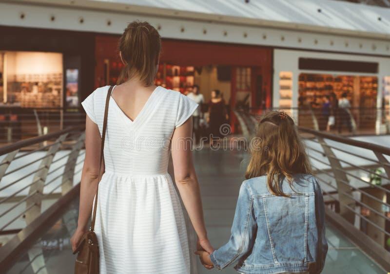 Семья в торговом центре стоковые фотографии rf